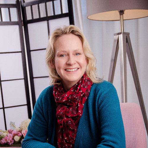 Bild von Katharina Eichholtz in Ihrer Hypnosepraxis in Berlin-Karow